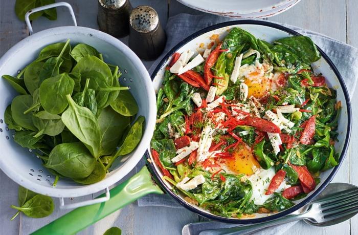 las mejores ideas de recetas vegetarianas faciles, ensalada con huevos estrellados, queso, espinacas frescas y col rojo rallado