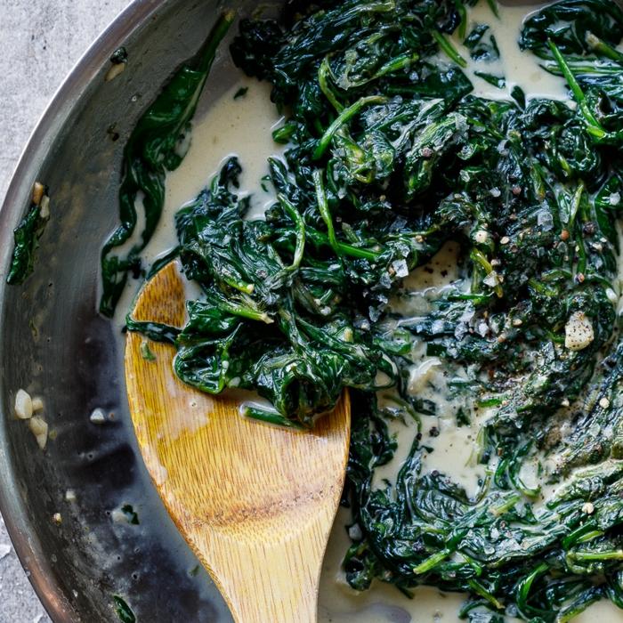 espinacas con salsa cremosa en una sarten, ideas de recetas bajas en calorias, mas de 100 ideas de recetas de primavera
