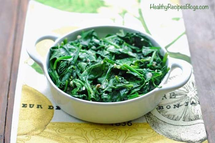 bol con ensalada de espinacas frescas y aderezo con limon, comida sana recetas, ideas de platos saludables en fotos