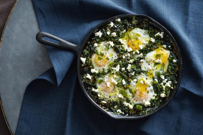 ideas de recetas espinacas y huevo, cocido de espinacas con huevos estrellados, comida sana recetas en bonitas fotos