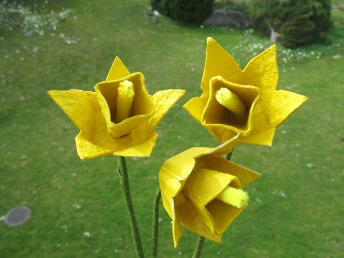 hermosas flores de cart'on pintadas en amarillo, manualidades con carton de huevo bonitas, fotos para descargar