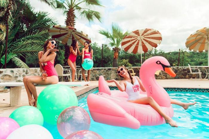 fiesta con amigas en la piscina, fantásticas ideas sobre como pasar tu ultima noche como soltera en más de 100 imagenes