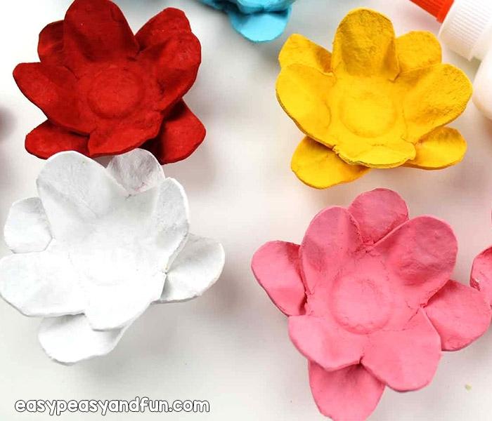 flor de loto en diferentes colores, manualidades de pascua para niños, flores de cartón originales hechas de hueveras