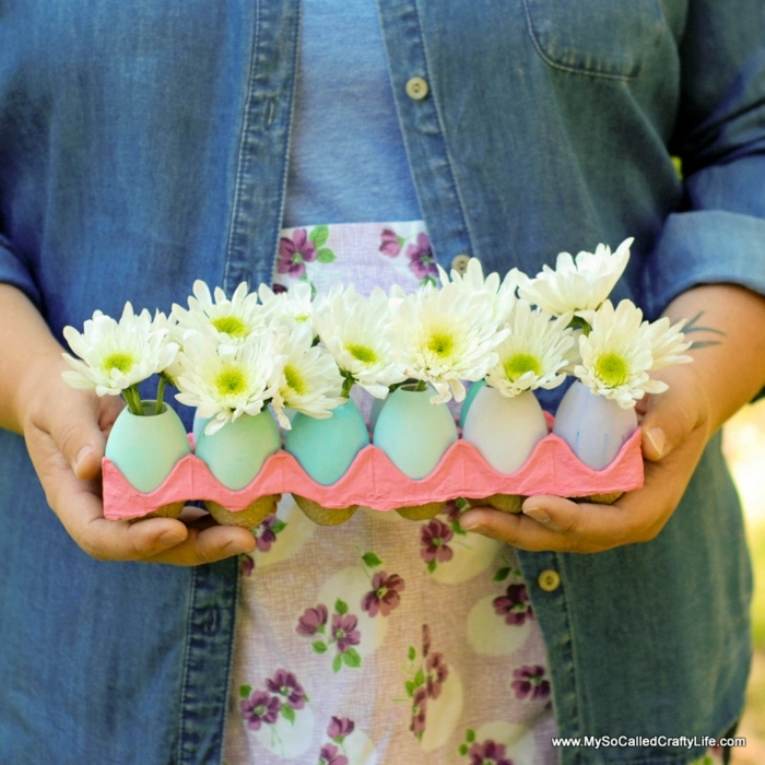 manualidades de pascua para niños, centro de mesa de huevera con huevos pintados y flores, manualidades de pascua para niños y adultos