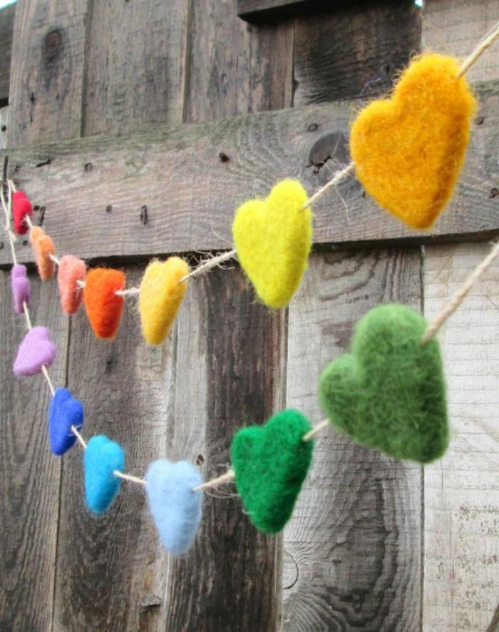 manualidades de primavera para decorar la casa, como hacer una guirnalda de corazones de fieltro, manualidades niños 3 años