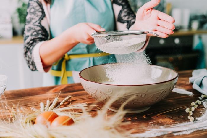 geniales ideas de recetas de postres de pascua, harina tamizada en un bol grande, pasos para hacer mona de pascua casera