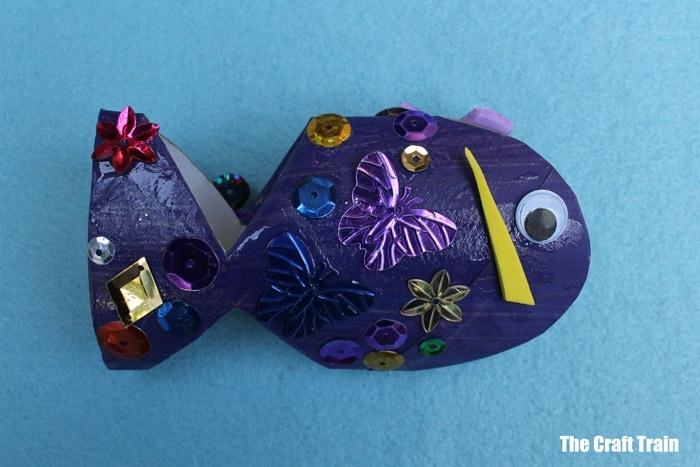 fotos de manualidades con cartón, pez bonito con detalles decorativos, manualidades primavera originales y bonitas