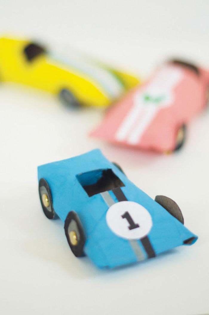 coches de cartulina divertidos, ideas de manualidades primavera y manualidades para hacer con tu pequeño con reciclaje