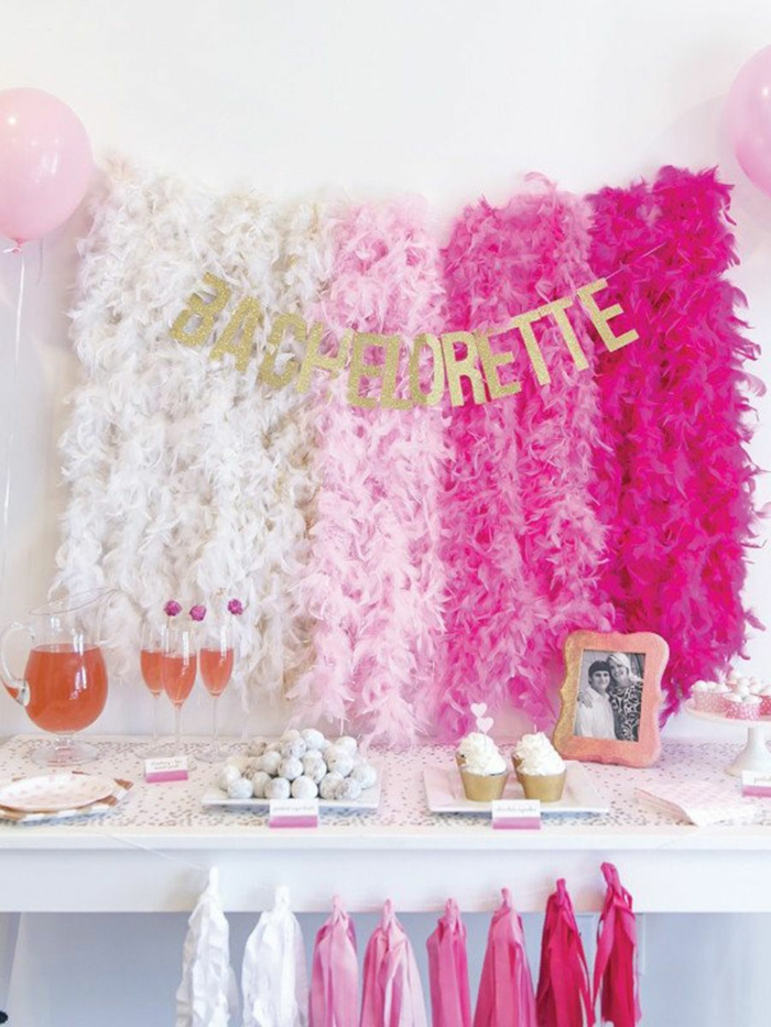 guirnaldas en blanco y rosado efecto ombre, las mejores ideas sobre como decorar la casa para una fiesta despedida