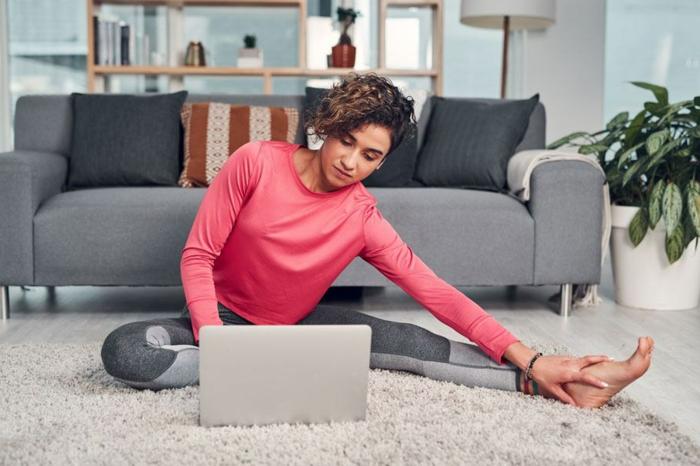 ejercicios piernas para mujeres, fotos con ideas de ejercicios de yoga, ideas de ejercicios originales y faciles de hacer