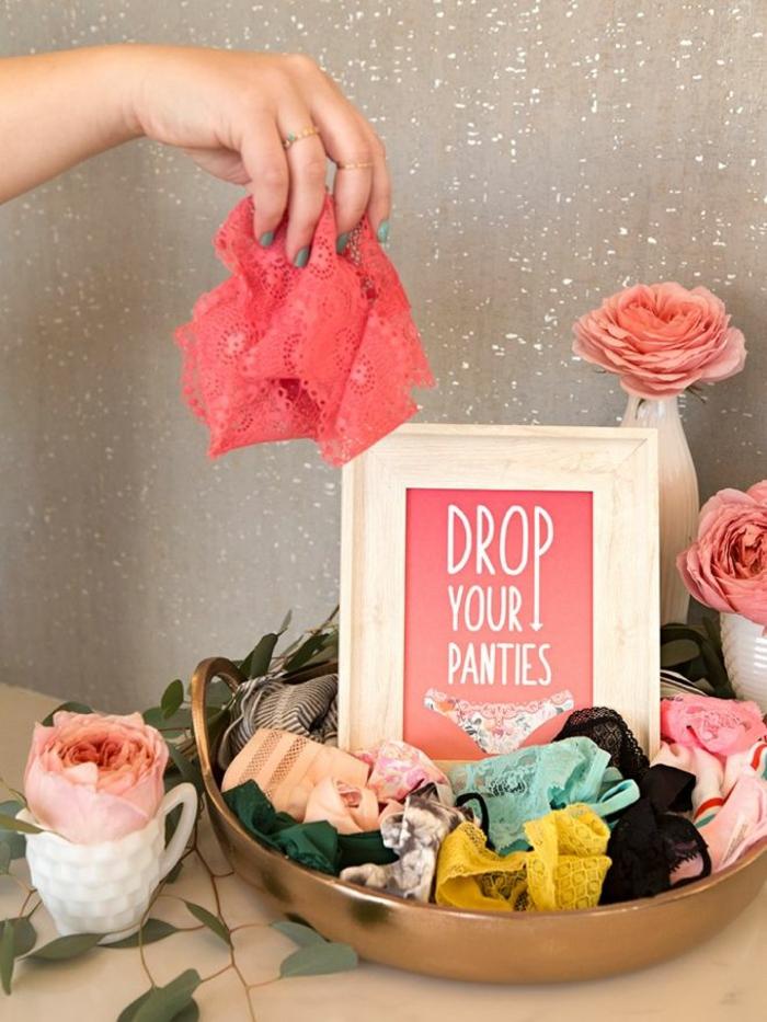 originales ideas de pequeños regalos y detalles para una despedida de soltera, regalar bragas en diferentes colores