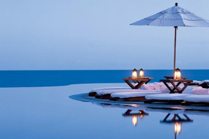 imagenes relajantes. foto de un atardecer en una piscina cerca del mar, imagenes de verano super bonias y relajantes
