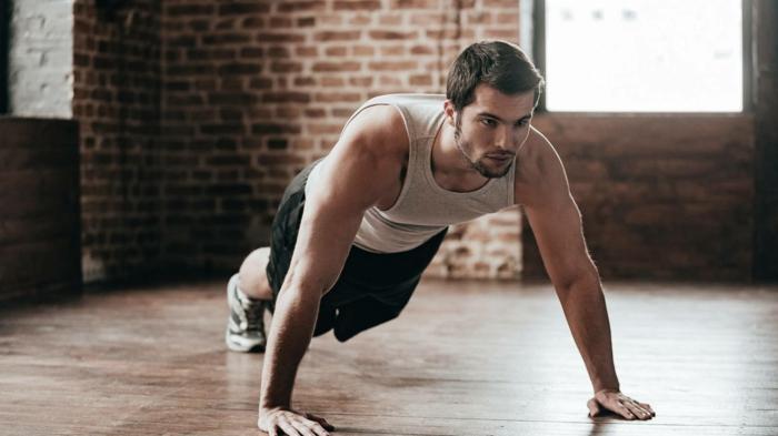 ideas de ejercicios para hacer en casa para hombres y mujeres, fotos de personas entrenando en sus hogares, ideas originales