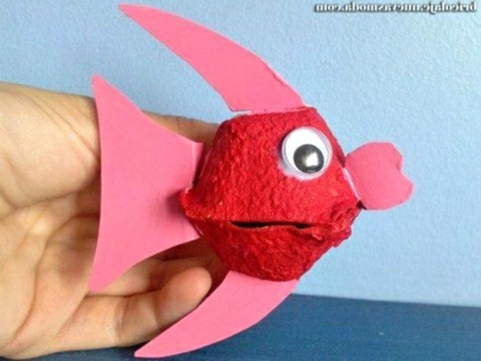 pequeña pez hecha de cartón pintada en rojo, fotos de manualidades originales para hacer con tu crio, ideas de proyectos DIY