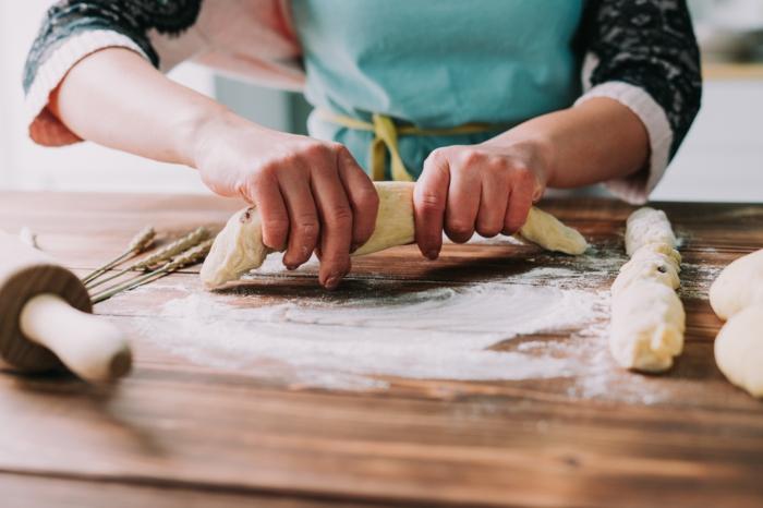 postres tipicos para preparar en semana santa, pasos para hacer una mona de pascua con pasas y azucar de caña
