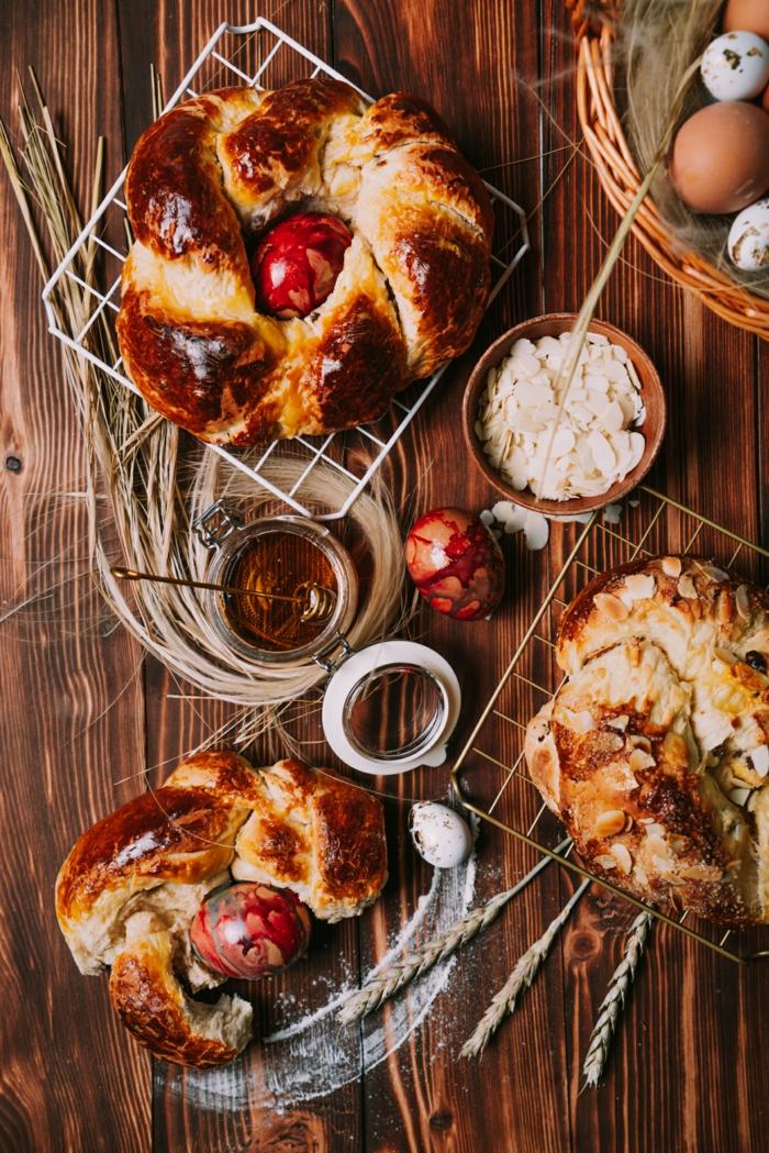 mesa decorada para un desayuno de pascua, monas de pascua caseras con almendras y pasas y miel, postres de semana santa