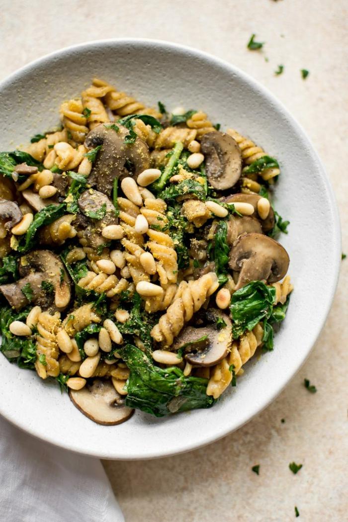 adorables propuestas de senas saludables con platos de espinacas, pasta con epsinacas, hongos, nueces y queso parmesano