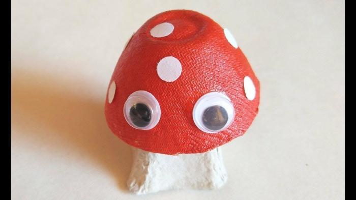 fantasticas ideas de manualidades faciles, pequeño hongo en blanco y rojo, ideas de manualidades de carton originales
