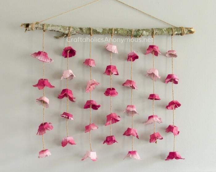 manualidades con cajas de huevo. detalle decorativo para la pared con guirnaldas de flores de carton, manualidades con cajas de huevo