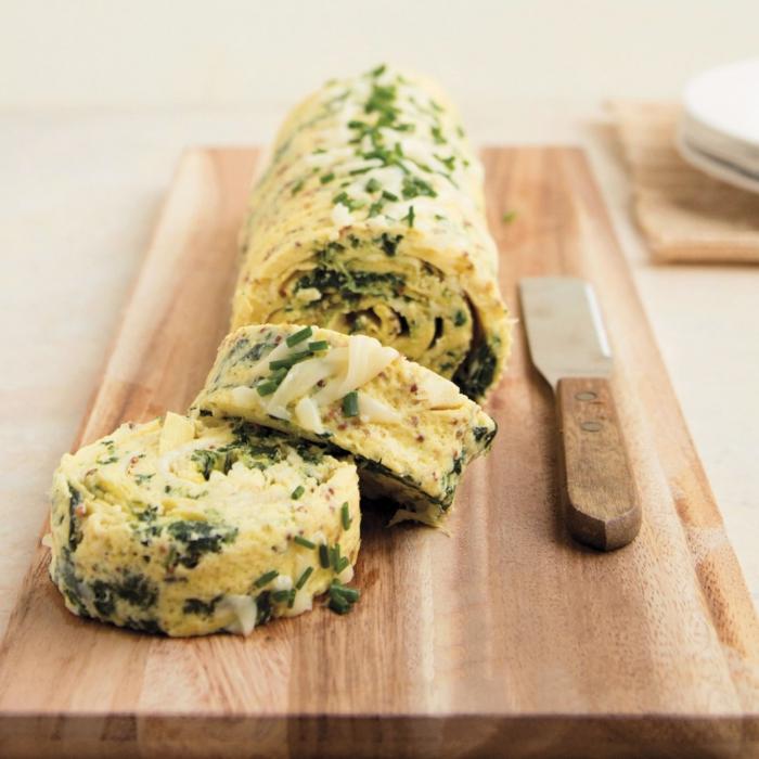 rollo co espinacas y huevo, comidas ligeras que son ideales para preparar en primavera, ideas de platos faciles de hacer
