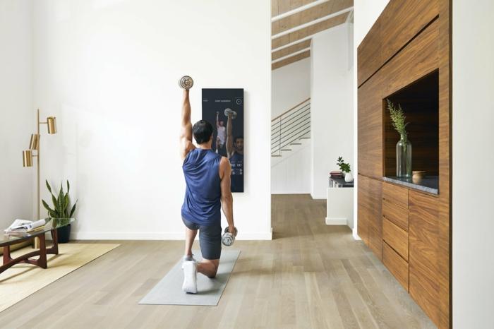 ejercicios de fuerza en casa para hombres, fotos con ideas de personas que entrenan en casa, hombres entrenando