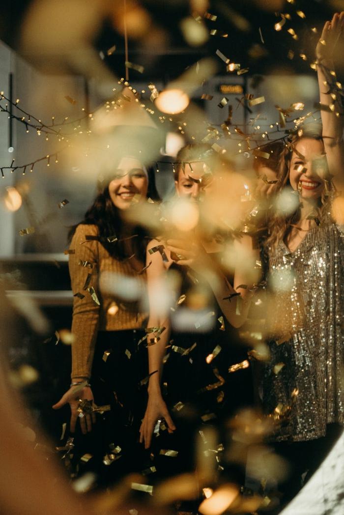 fantasticas ideas para celebrar una fiesta con amigas, fotos de decoracion despedida de soltera en una discoteca