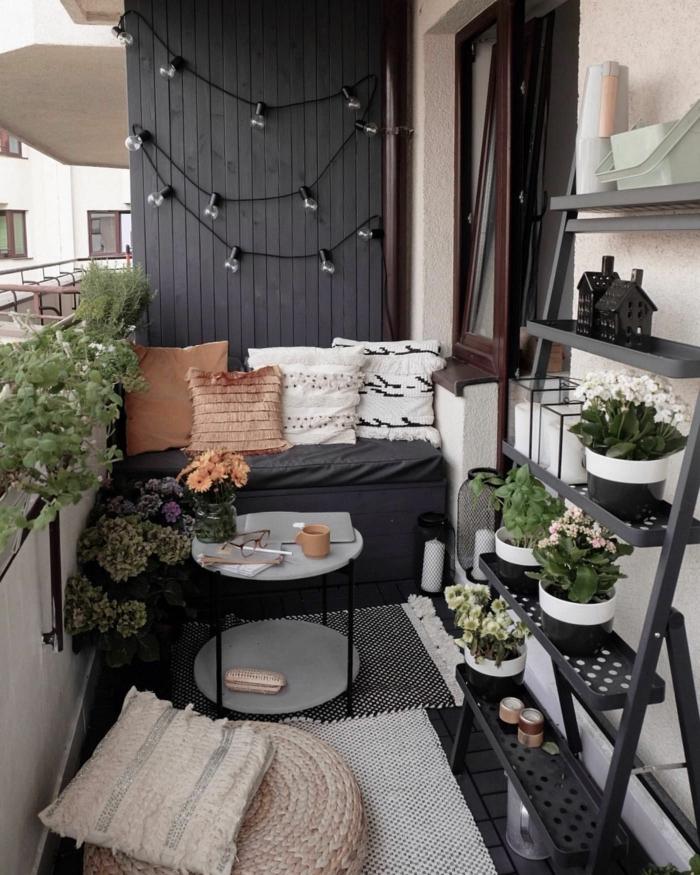preciosas ideas sobre como decorar el balcon, fotos de terrazas decoradas en blanco y negro, decoracion con guirnalda de luces