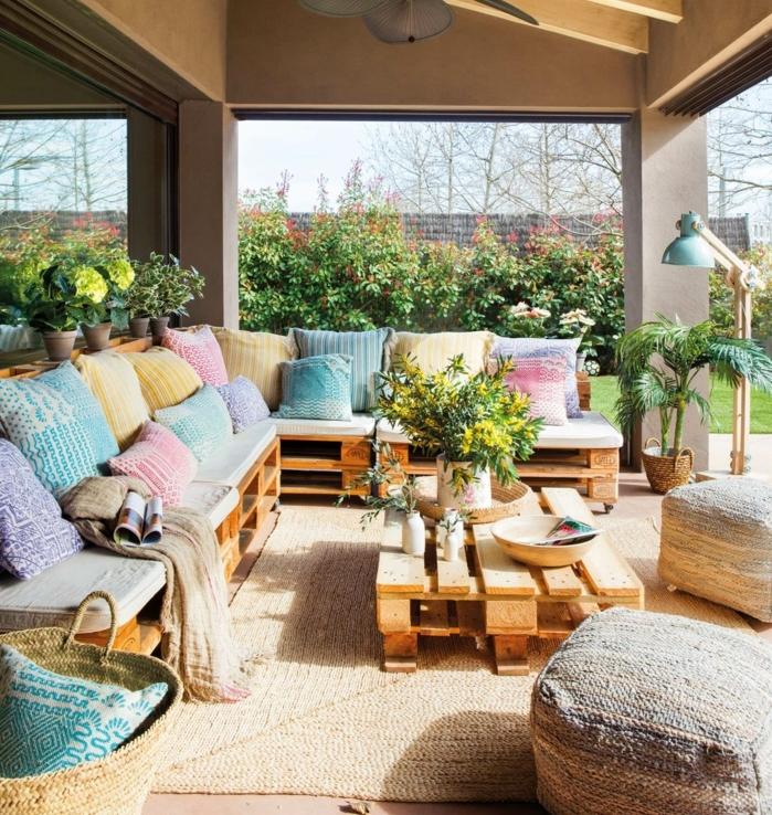 los mejores ejemplos de terrazas con palets terraza grande y bonita decorada en colores pasteles, ideas con palets chulas