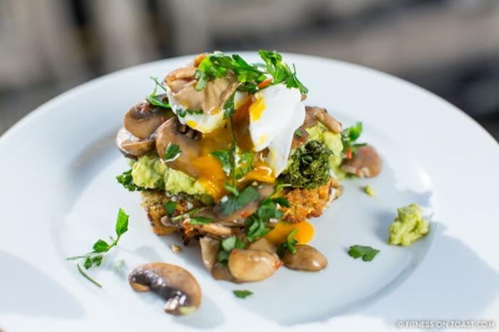 deasayunos nutritivos y facilles de hacer, recetas fitness, desayuno con huevo y setas, ideas de comidas para comer antes del fitness
