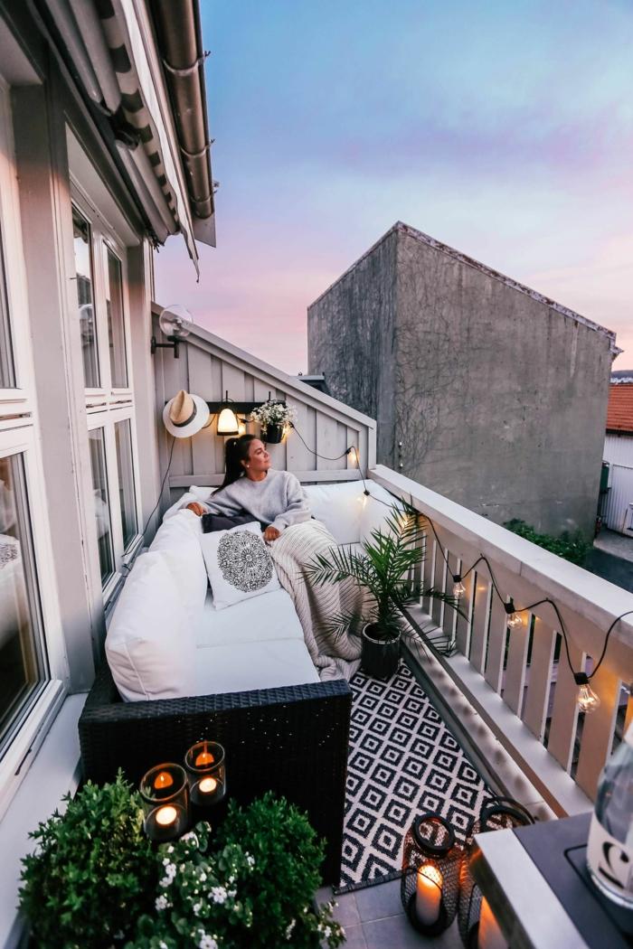 : terraza chill out decorada con bombillas y plantas verdes, ideas para conseguir un rincon de relax en casa, terraza chill out