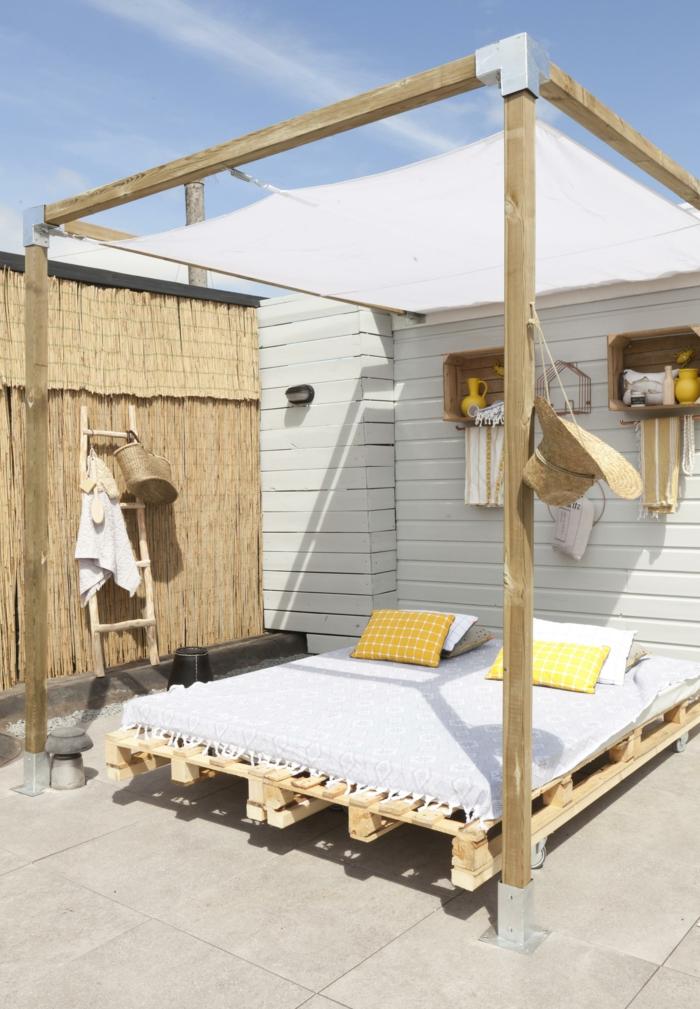 muebles de jardin con palets que puedes poner en tu terraza, cama de palets super comoda, ideas de terrazas originales