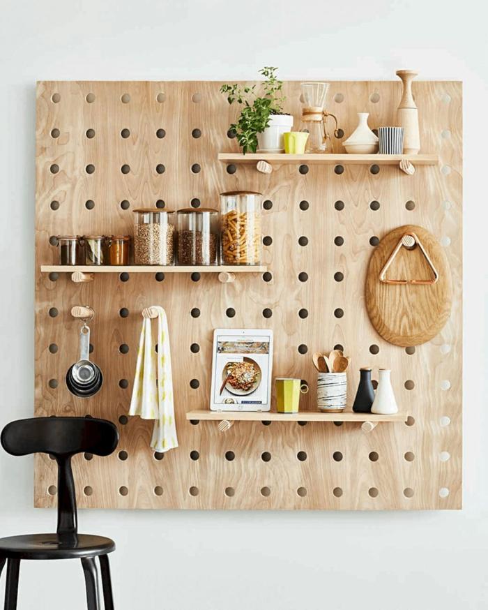 fantasticas ideas sobre como como organizar la cocina, tablero de madera DIY con estantes para colgar cosas y utensilios