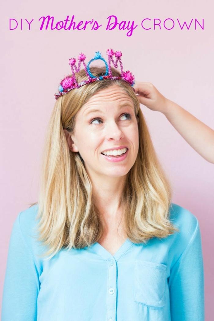 corona DIY de limpiapipas en colores brillantes, manualidades dia de la madre bonitas, ideas de manualidades para regalar
