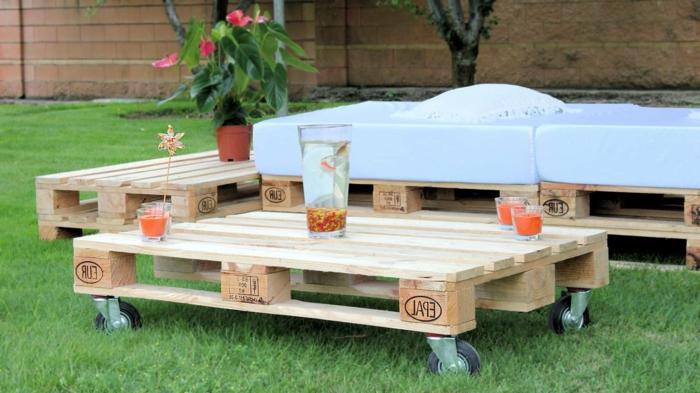 detalles hechos con palets para el jardin, mesa pequeña hecha de palets con ruedas, ideas de muebles de palets bonitos