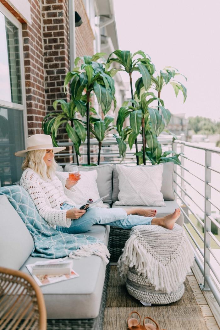 geniales ideas sobre como conseguir una terraza chill out chica bebiendo aperol en el balcon, muebles de terraza modernos