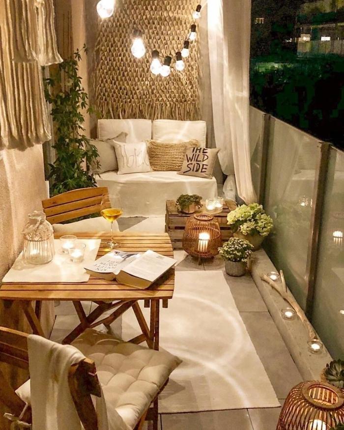 terrazasa acogedoras y bontias, terraza decorada en color beige con guirnalda de luces, ideas de terrazas en estilo chill out