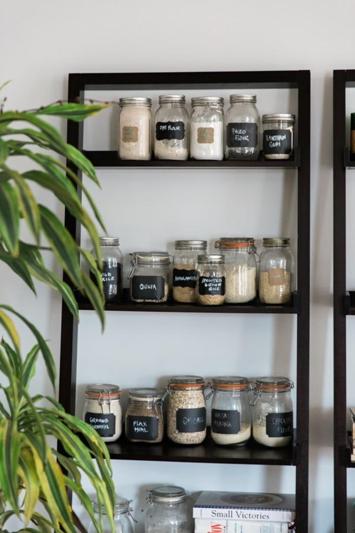 organziadores de cocina originales, trucos para hacer la cocina mas ordenada, organizador cajones cocina con frascos con etiquetas en fotos