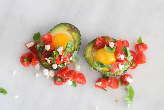las mejores ideas de desayunos saludables para niños, barcos de aguacate con huevos estrellados, tomates y queso blanco