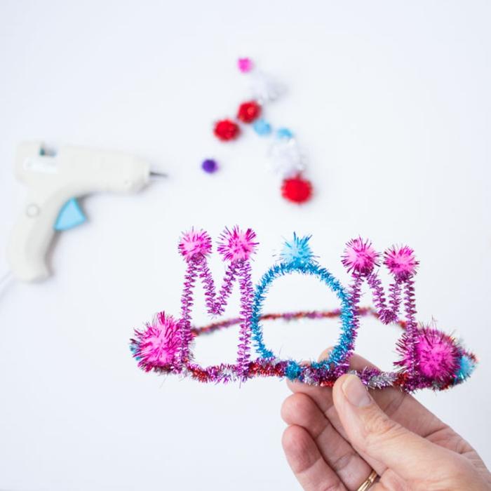 geniales ideas de regalos DIY para mama, corona DIY de limpiapipas en colores brillantes, ideas regalo dia de la madre
