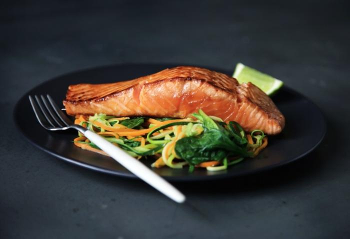 como preparar salmón a la parilla con vegetales, cenas fitness sanas, como preparar salmón, ideas de comidas para comer despues de entrenar