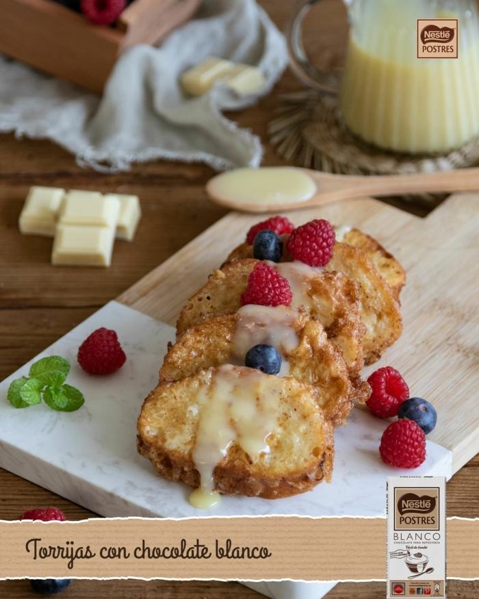 como hacer torrijas de leche con chocolate blanco y moras, originales ideas de recetas para hacer en casa, fotos de dulces de Pascua