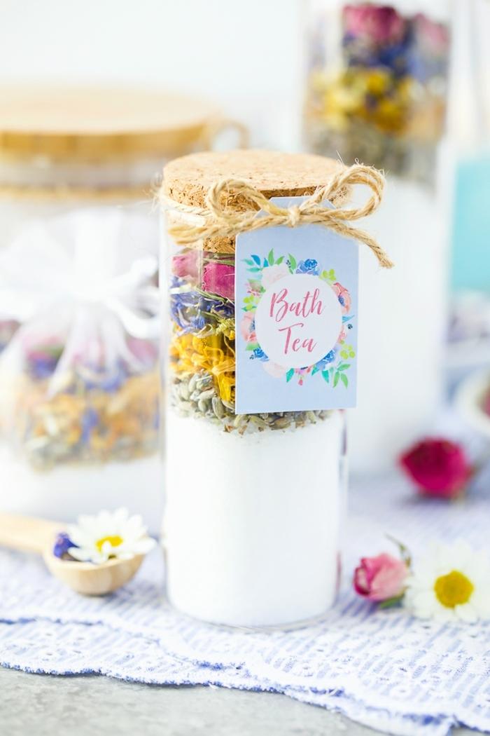 frasco con sales especiales para baño, te para baño, ideas de que regalar a una madre en bonitas imagenes con algunos tutoriales