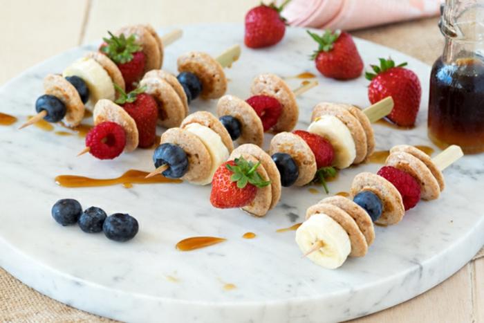 pinchos de mini crepes con arandanos y fresas, desayunos nutritivos, como hacer panqueques integrales, ideas de recetas