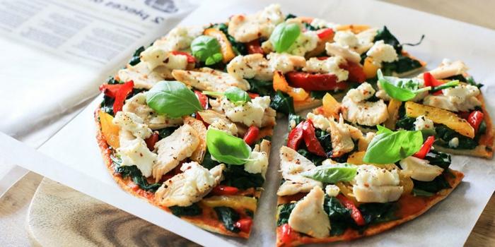 pizza con masa integral, queso y pollo, pizzas saludables con verduras, recetas fitness con espinacas, ideas de cenas saludables