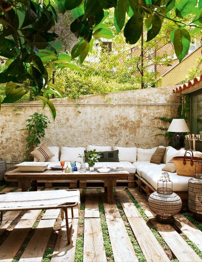 decorar una terraza en estilo mediterraneo, muebles de palets bonitos y originales, fotos de jardines decoradas con palets