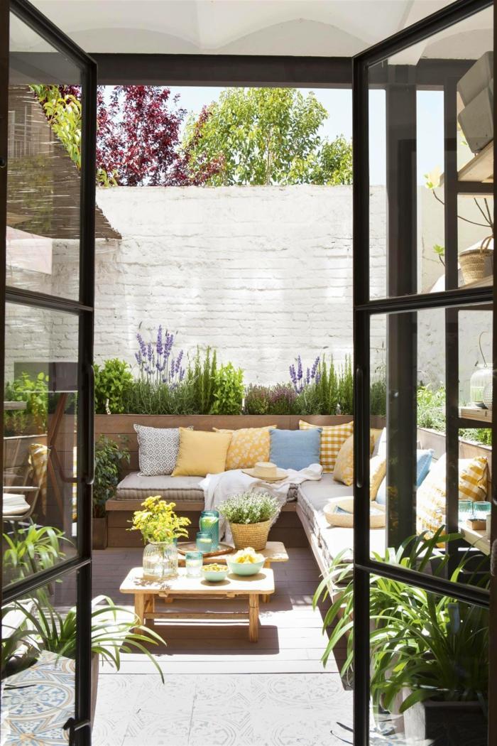 originales ideas sobre como crear una zona relax, ikea terraza, fotos de terrazas decoradas en bonitos colores con muchas plantas verdes