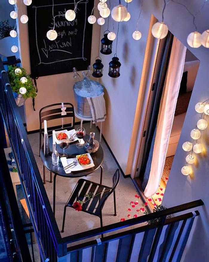 cena romántica en un pequeño balcón decorado con mucho encanto, fotos de espacios decorados con guirnaldas de luces