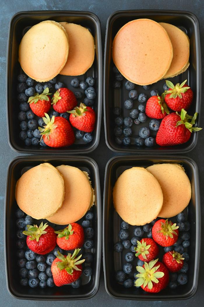 ideas de desayunos para gente que hace deporte, crepes de harina de almendras con arándanos y fresas, ideas de comidas ricas