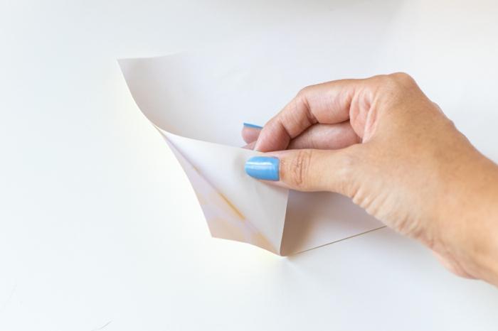 papel ahdierente para decorar una caja de madera, regalos dia de la madre, fotos con regalos para el dia de la madre paso a paso