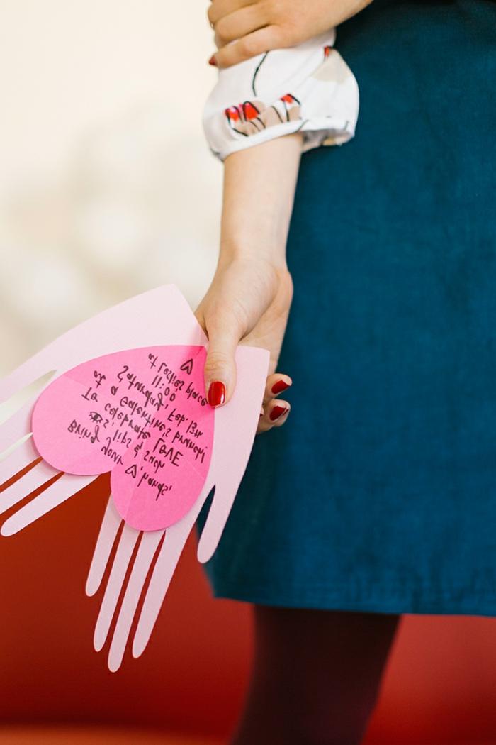 tarjeta DIY en forma de dos manos y corazón, los mejores regalos dia de la madre en bonitas fotos con instrucciones paso a paso